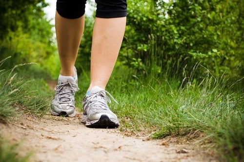 Mujer caminando para prevenir la oxidación arterial