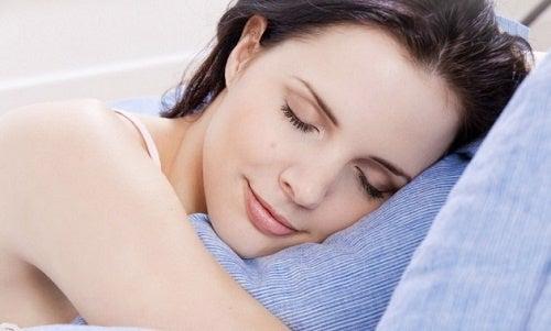 Cómo hacer una loción relajante para dormir mejor