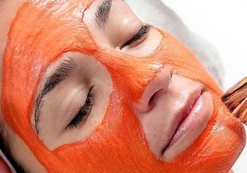 Crema de zanahoria aplicada en la cara