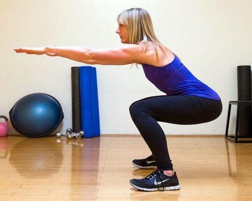 Para realizar sentadillas de la manera adecuada, hay que descender lo máximo posible sin sacrificar la postura.