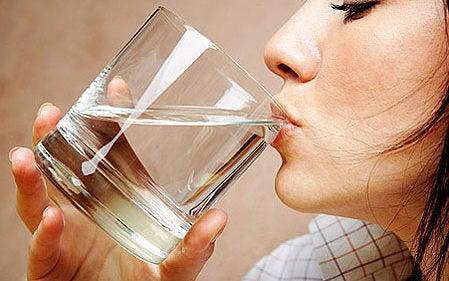 errores al querer adelgazar: no beber agua