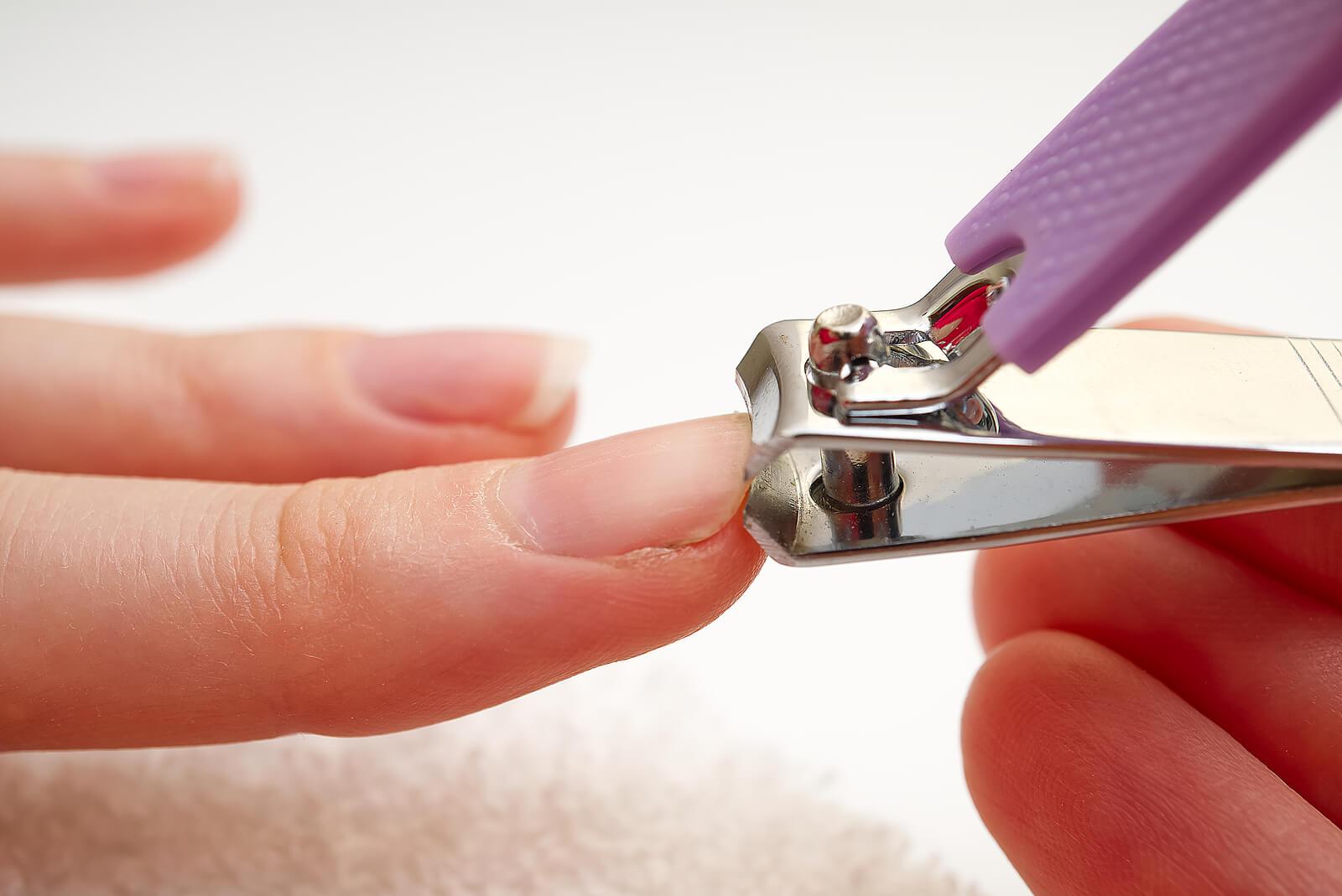 Cortar las uñas con formas.