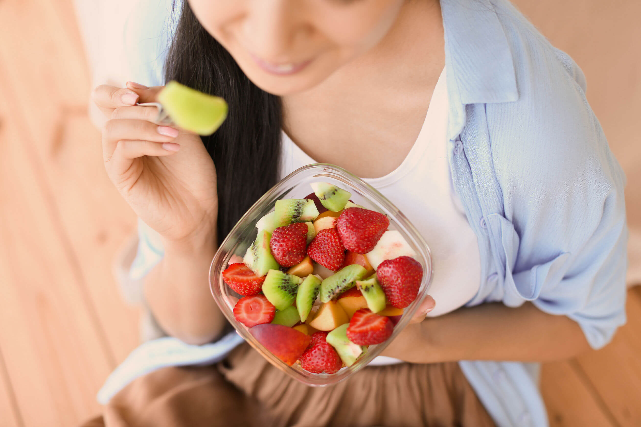 Si no se puede evitar comer compulsivamente, tener una ensalada de frutas a la mano es buena opción.