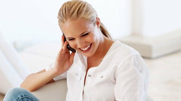 Cuida tus oídos al hablar por teléfono