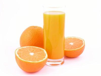 Zumo de naranja para preparar la salsa rosa