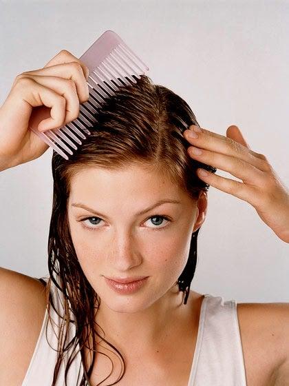 Mujer peinándose para tener el cabello más hermoso