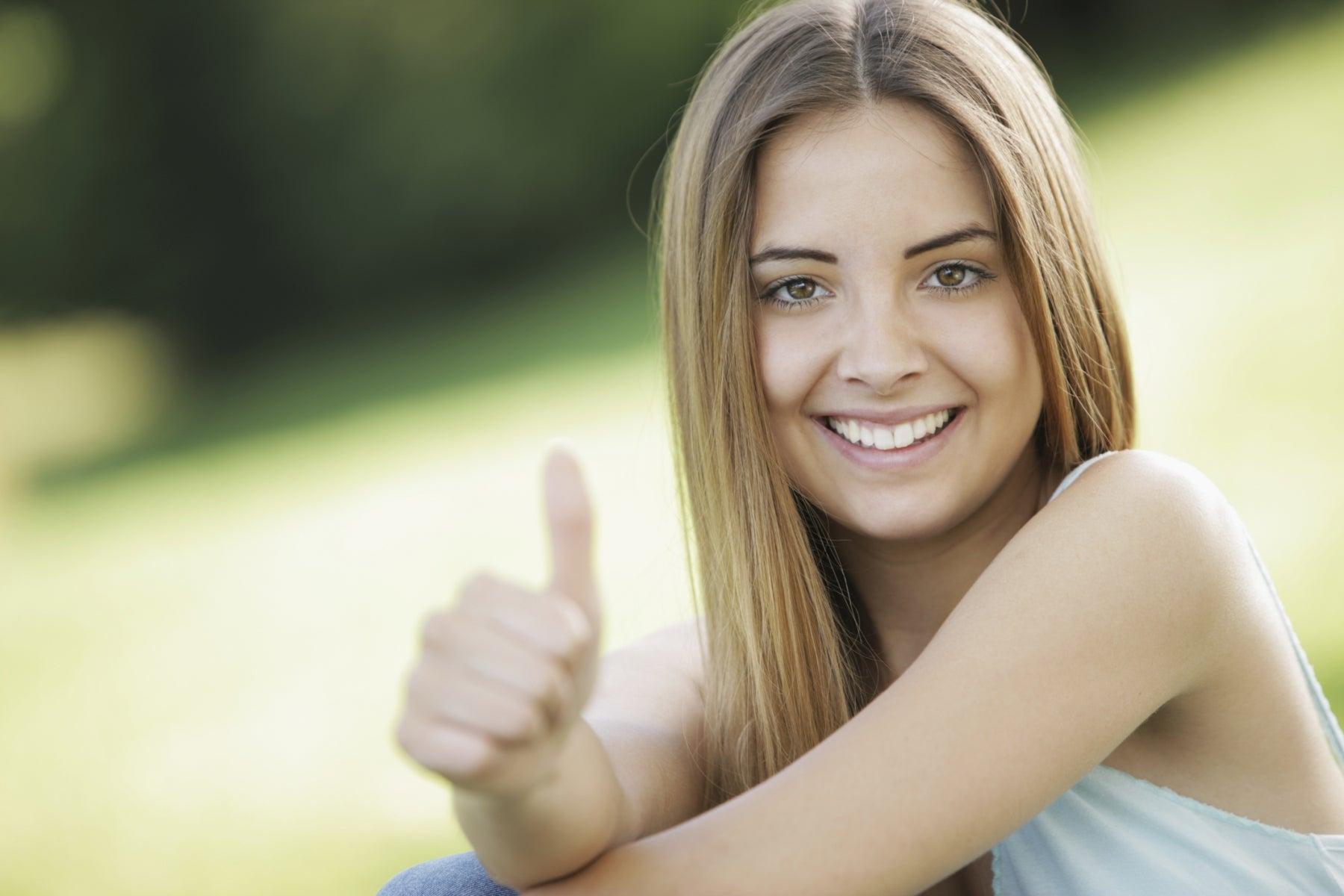 Mujer optimista y sonriente