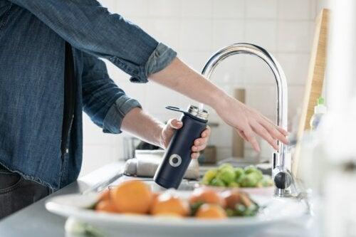 Beneficios de beber agua tibia regularmente