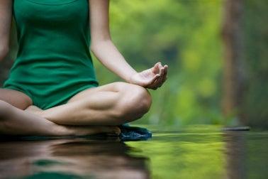 Mujer en una de las posturas básicas de yoga