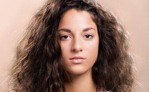 Chica guapa con pelo negro, abundante y encrespado.