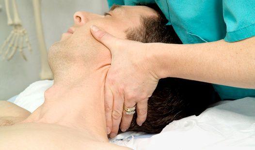 Latigazo cervical: masaje de fisioterapeuta