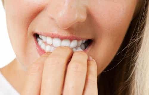 Los efectos peligrosos y perjudiciales de morderse las uñas