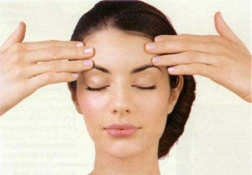Ejercicios faciales para tonificar el rostro y atenuar arrugas
