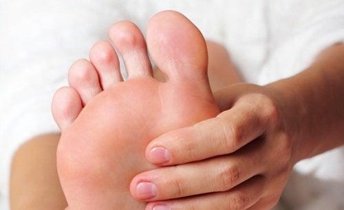 Debemos evitar tener los pies mojados o fríos para no resfriarnos.