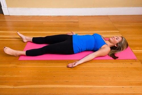 mujer llevando a cabo prácticas del yoga