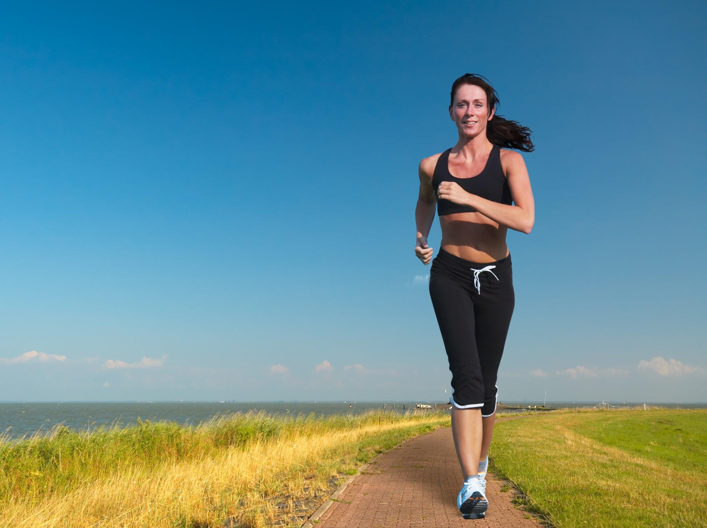 Mujer con adicción a correr sale lejos de su familia.