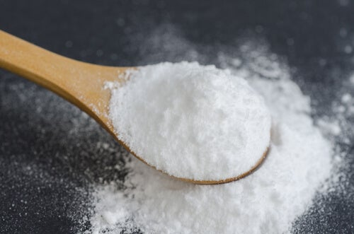 Bicarbonato de sodio en una cuchara de madera