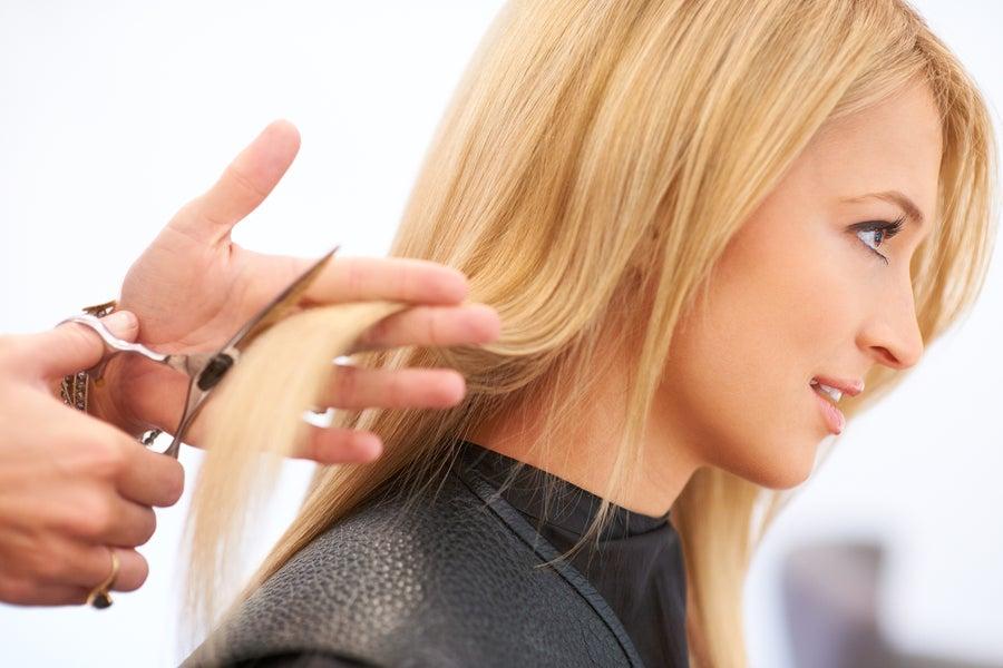Cortar el cabello.