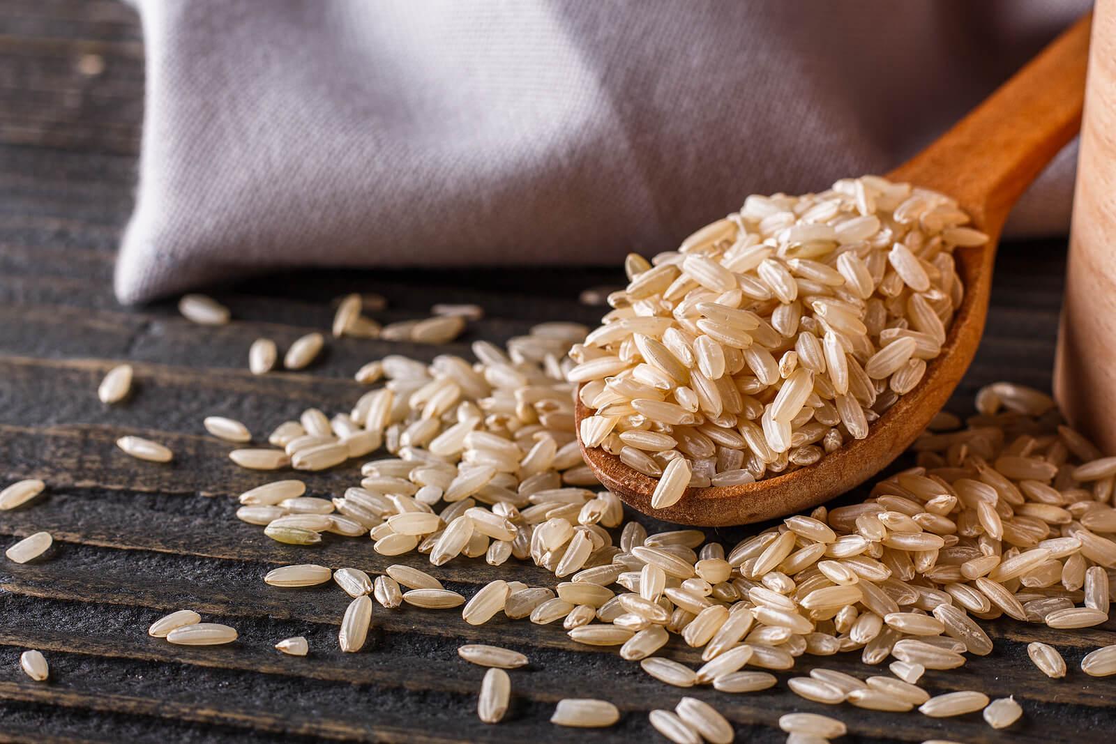 Los beneficios del arroz integral giran en torno a su aporte de fibra.