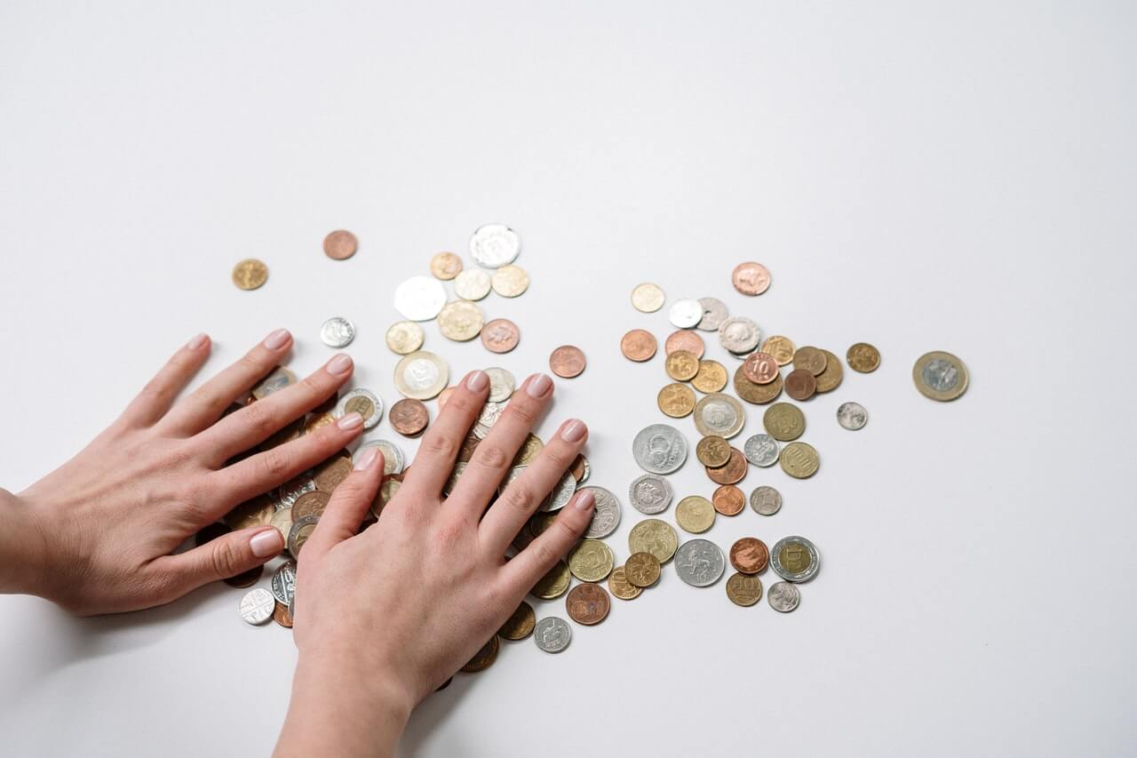 Un salario bajo a menudo lleva a la insatisfacción laboral.