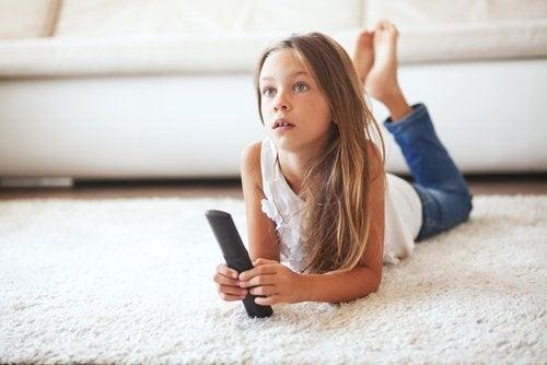 niña viendo televisión