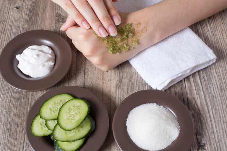 ¿Por qué debemos exfoliar la piel y cómo hacerlo?