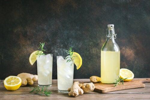 Vientre plano con limonada de jengibre, pepino y menta
