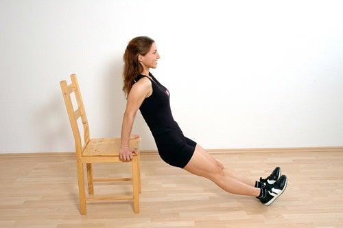 Mujer haciendo ejercicios para tonificar brazos
