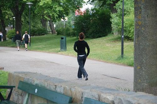 Mujer caminando por el parque.