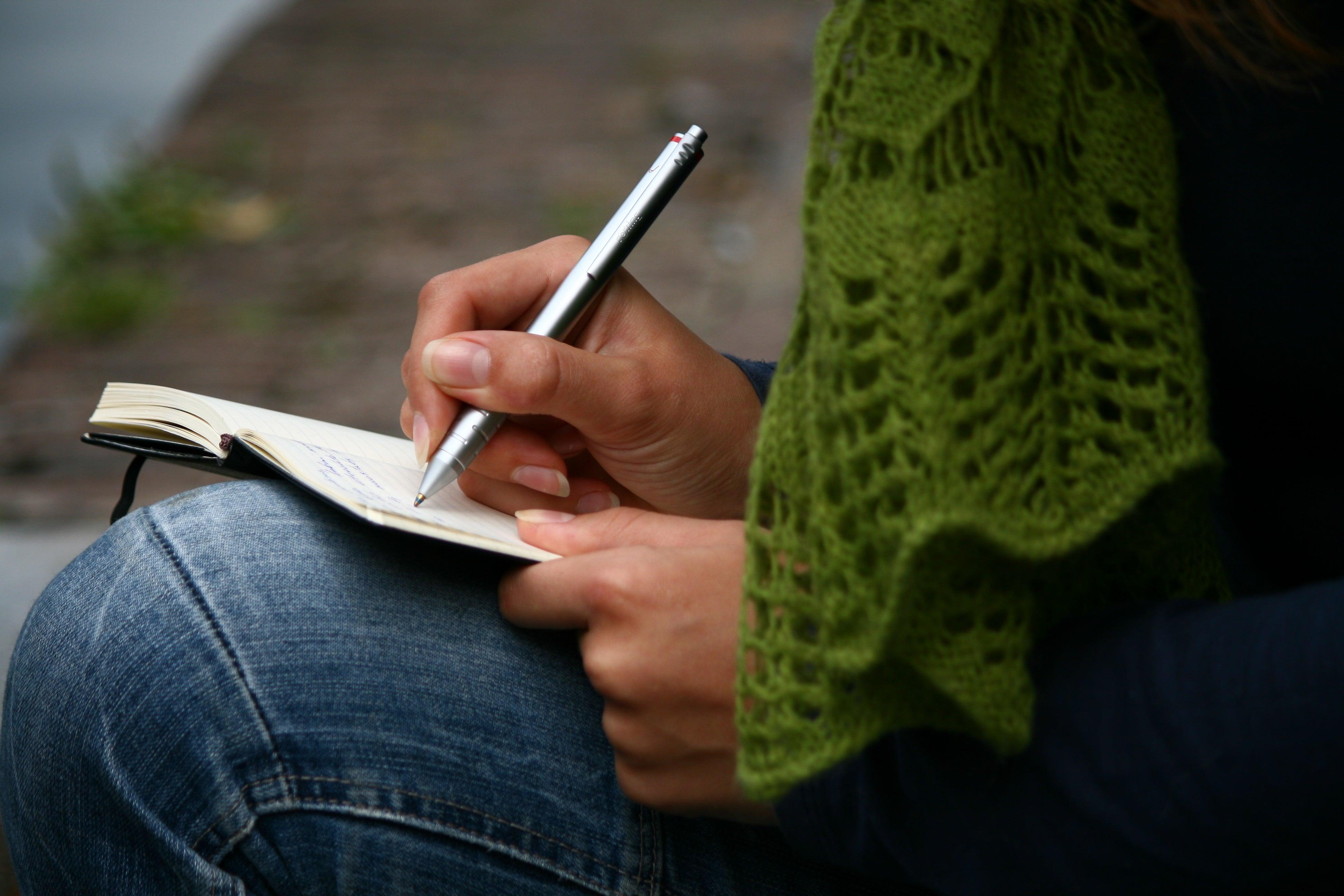 Mujer escribiendo una disculpa