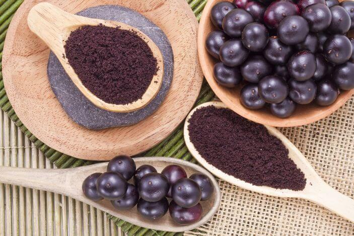 Frutas de acai y polvo de la fruta.