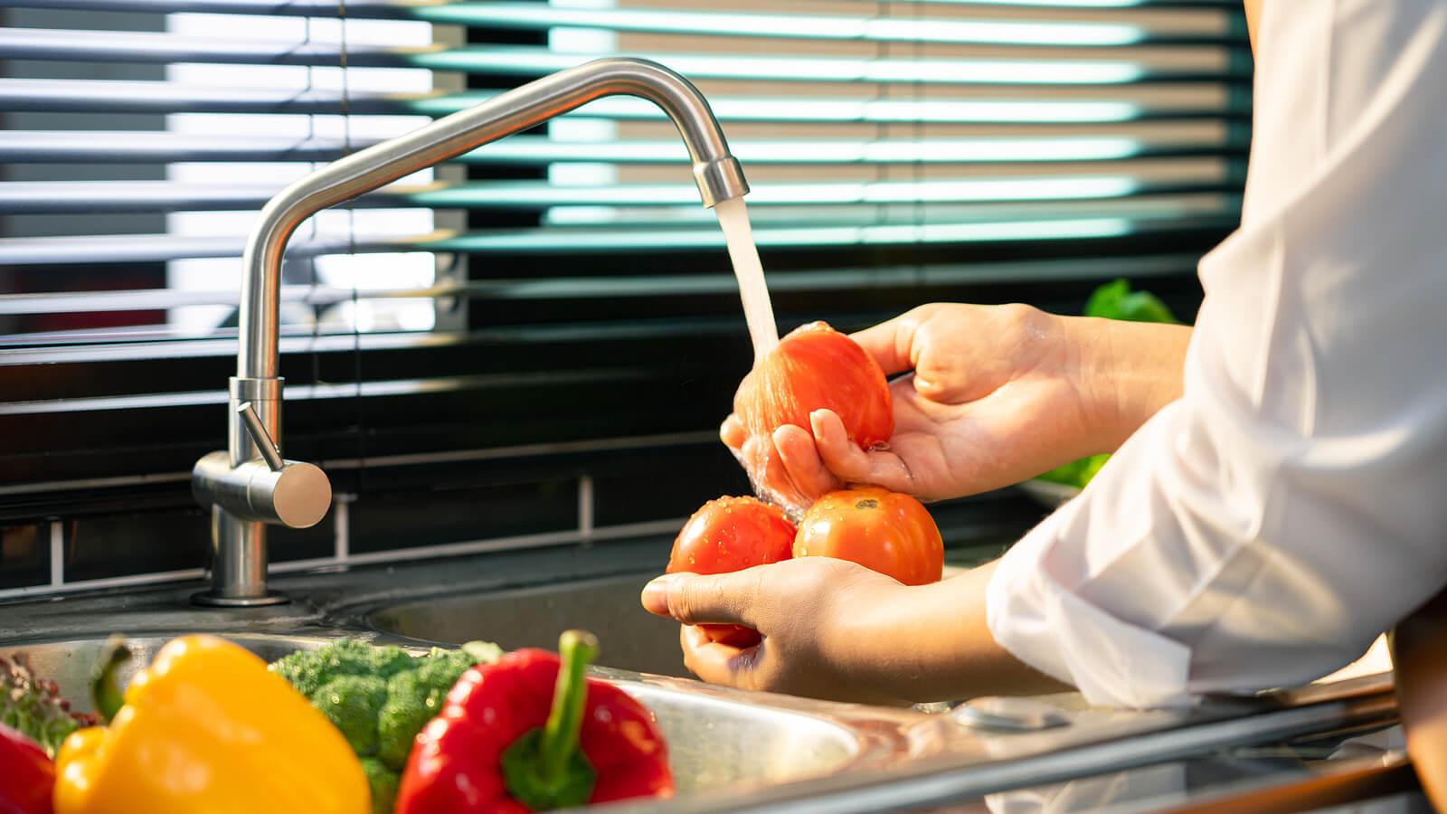 ¿Cómo lavar y desinfectar correctamente verduras y frutas?