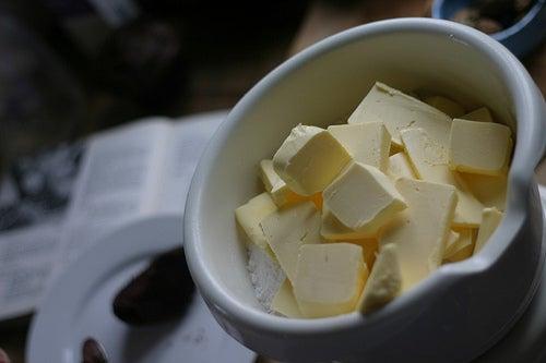 Cuenco con mantequilla casera