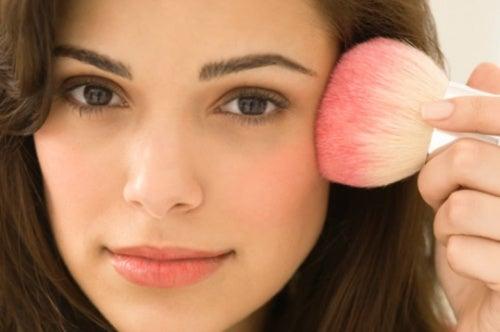3 trucos caseros y de maquillaje para parecer más joven