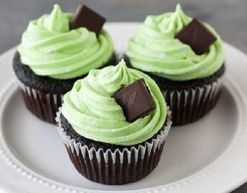 Cupcakes de menta y chocolate en un plato