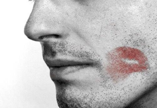 8 posibles alertas de que un hombre te engaña