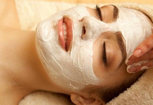 Mujer con mascarilla facial.