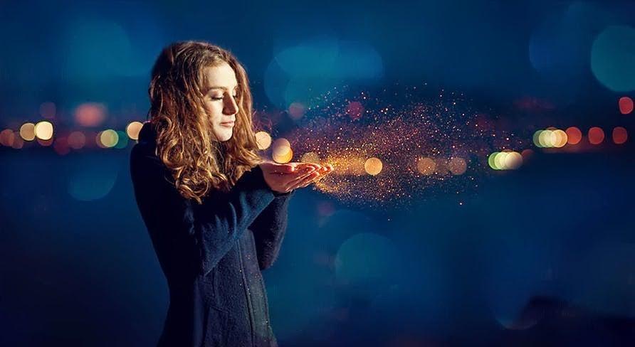 Mujer soplando polvo de estrellas