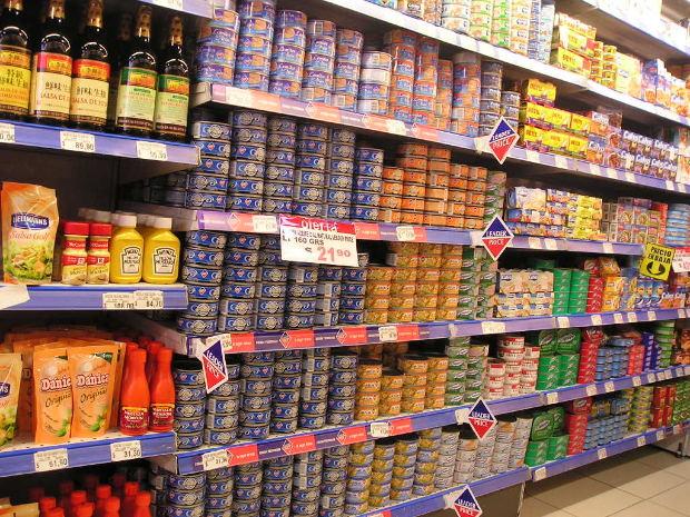 Productos enlatados en supermercado