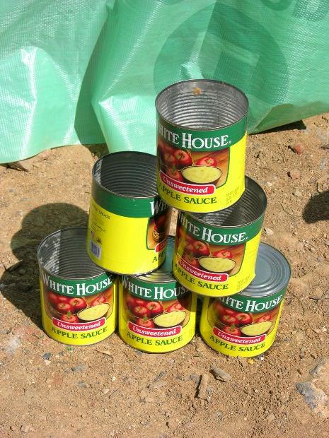 Latas de salsa de manzana