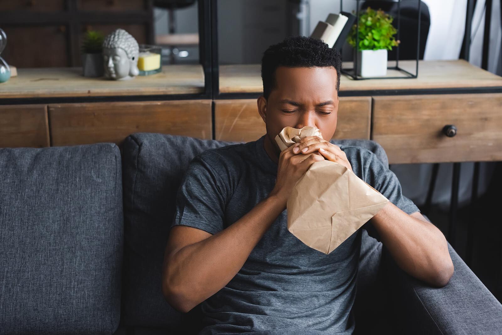 Respirar dentro de una bolsa de papel ayuda a calmar la ansiedad.