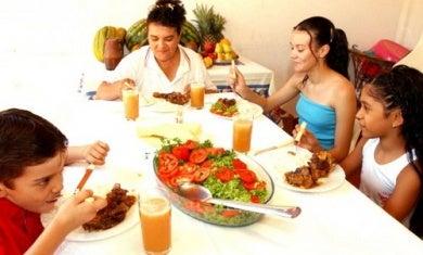 Comer en compañía puede llegar a ser útil para masticar bien.