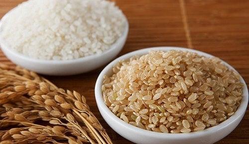 Cuencos de arroz blanco y arroz integral