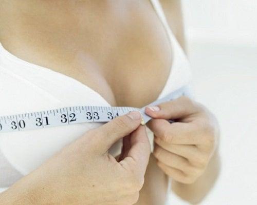 9 ejercicios sencillos y caseros para reafirmar el busto
