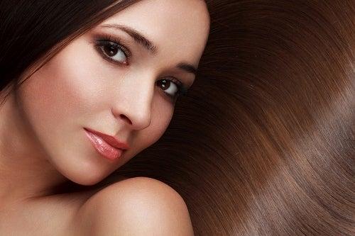 El aceite de romero ayuda a suavizar y oscurecer el cabello