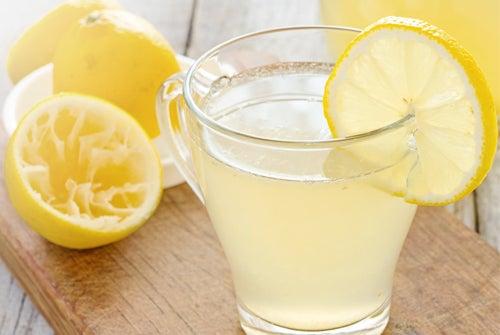 Agua con limón para la inflamación estomacal