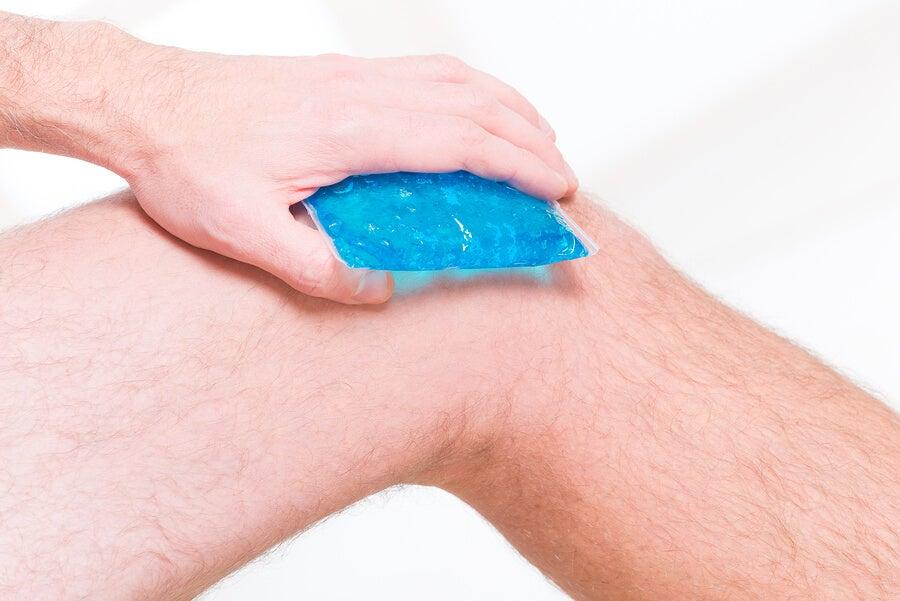 Aplicación de una compresa de hielo en la rodilla.
