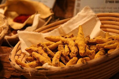 La cúrcuma podría ayudar a combatir la acidez estomacal.