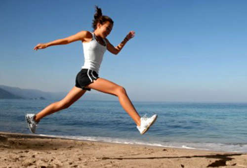 mujer deporte correr playa respository