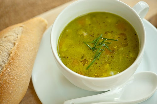 Alimentos que ayudan a quemar grasa: sopas de verduras